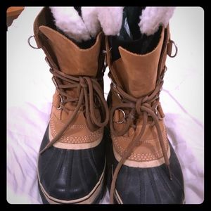 Sorels with shearling insert! 🖤🖤🖤
